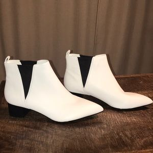 NWOT Nine West white bootie w/ black elastic 9
